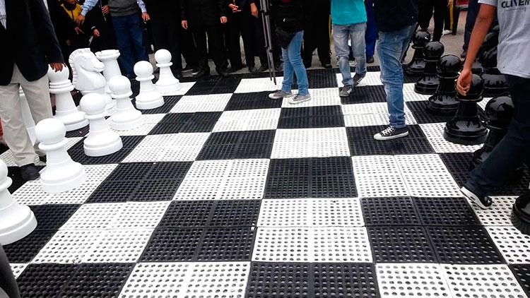 Parque gigante de ajedrez en madrid for Ajedrez gigante para jardin