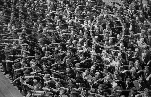 hombre saludo nazi