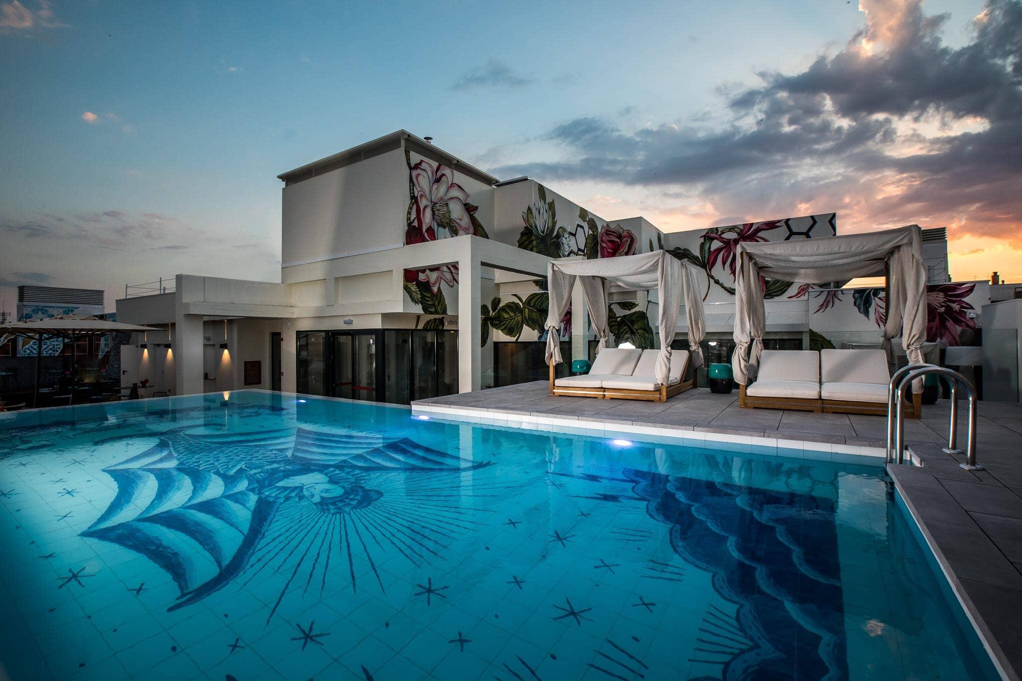 NYX piscina hotel Sergio Mora